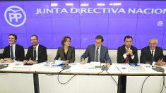El jefe del Ejecutivo y presidente del PP, Mariano Rajoy (3d), junto a la ministra de Defensa y secretaria general del PP, María Dolores de Cospedal (3i), y los vicesecretarios, Pablo Casado (i), Javier Maroto (2i), Fernando Martínez-Maillo (2d) y Javier Arenas (d), durante la Junta Directiva Nacional del PP que ha presidido este lunes en la sede de Genova (Foto: Efe)