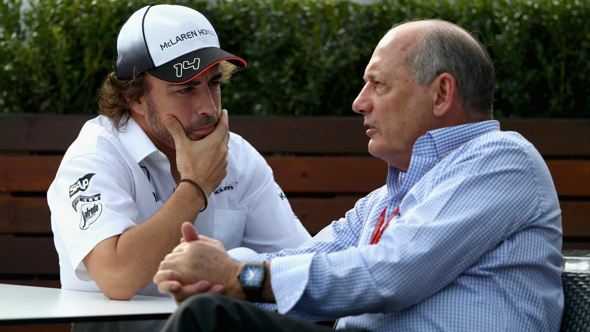 Alonso y Dennis conversan en la previa de un Gran Premio. (Getty)