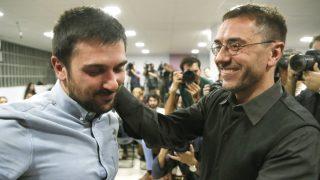 Ramón Espinar y Juan Carlos Monedero. (Foto: EFE)