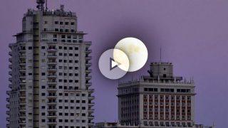 'Superluna' desde la Plaza de España de Madrid. (Foto: AFP)