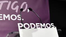 Atril de Podemos vacío. (Foto: AFP)