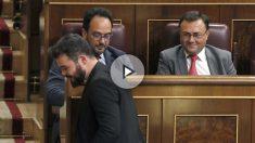 Gabriel Rufián (ERC), cabizbajo ante los socialistas Miguel Ángel Heredia y Antonio Hernando. (Foto: EFE)