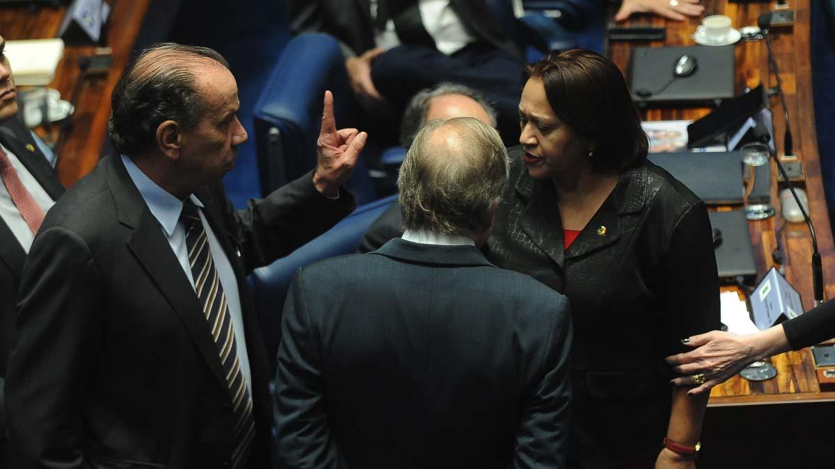 Varios senadores brasileños durante una sesión. (Foto: AFP)