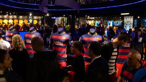 Las camisetas del Barcelona, en la tienda del Camp Nou. (Getty)
