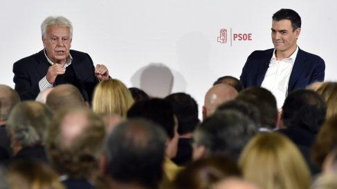 Felipe González y Pedro Sánchez. (Foto: AFP)