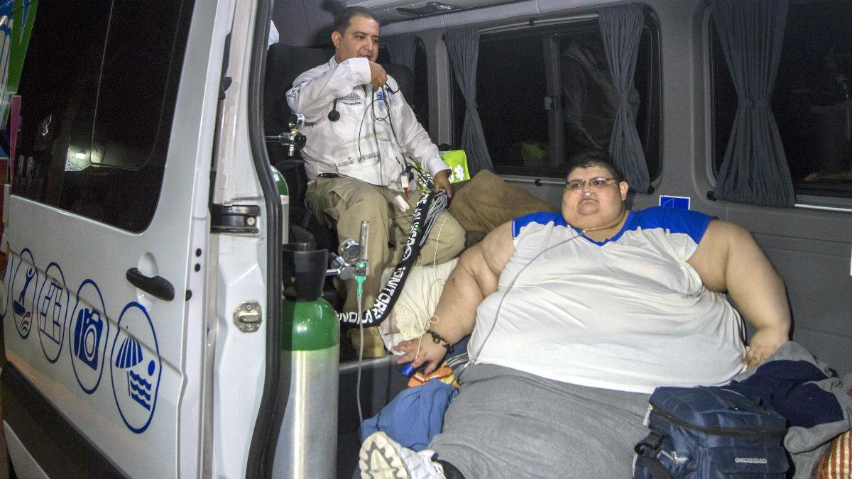 Juan Pedro Franco, el mexicano que pesa media tonelada, en la ambulancia camino del hospital. (AFP)