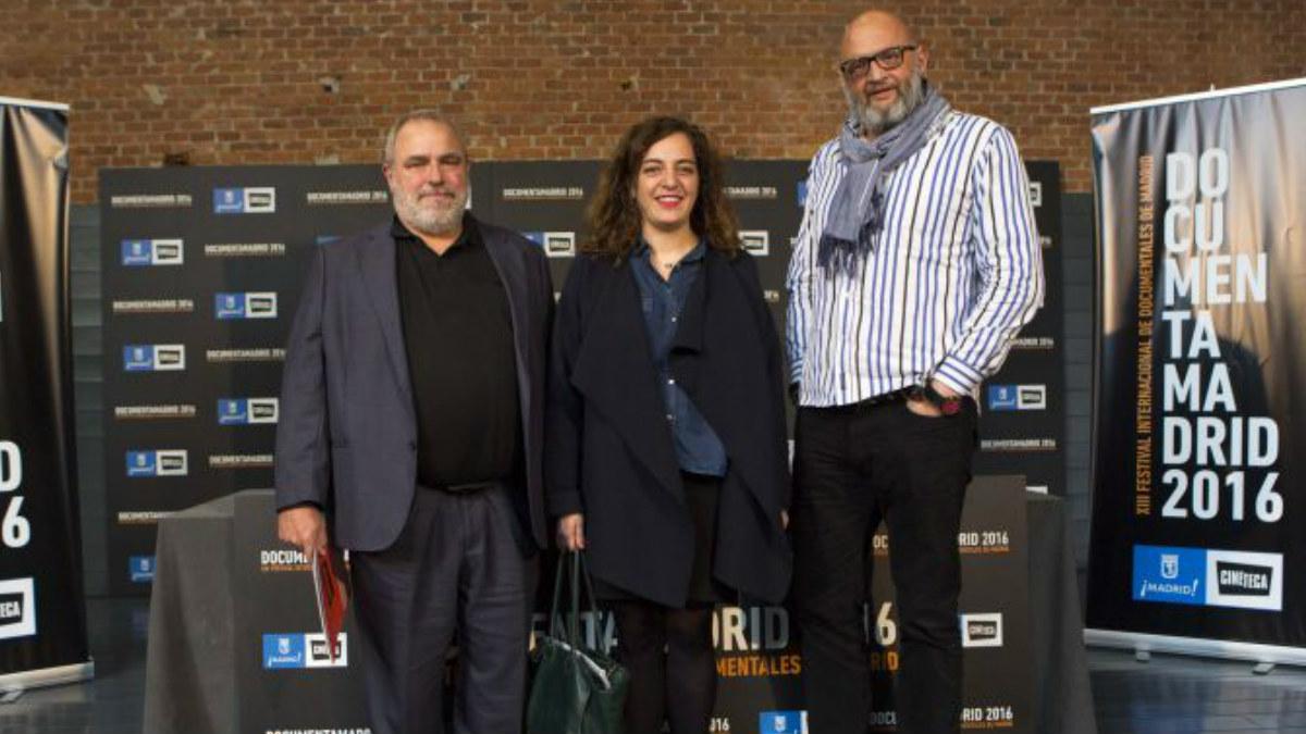 Celia Mayer, responsable del área de Cultura del Ayuntamiento de Madrid, entre Mikel Olaciregi (izqda.) y Vicente Mozo (dcha.), directores del DocumentaMadrid hasta este año.