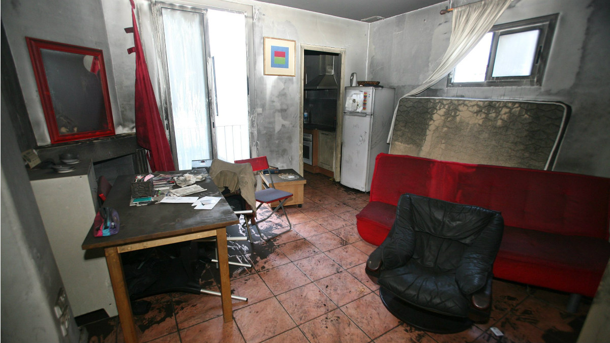 Estado en que quedó la vivienda incendiada en la que murió la anciana de Reus. (EFE)