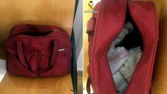 Foto facilitada por la Guardia Civil de la bolsa de deporte donde se encontró al pequeño de un mes de vida a punto de asfixiarse. Foto: EFE