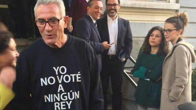 Garzón cede su escaño a Cañamero para que se vea mejor su camiseta antimonárquica