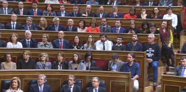 El diputado Diego Cañamero sentado en el escaño de Alberto Garzón detrás de Pablo Iglesias. (Foto: Youtube)