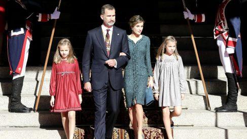 Los Reyes con la infanta Sofía y la Princesa Leonor a la salida del Congreso (FOTO:EFE)