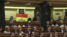 El senador navarro de IU, Iñaki Bernal, ha mantenido desplegada una bandera republicana desde su escaño en lo alto del hemiciclo del Congreso durante buena parte del discurso del Rey Felipe VI. Foto: EFE