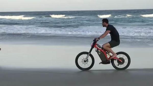 Chris Hemsworth en una playa australiana con su Bultaco Brinco. (Instagram)