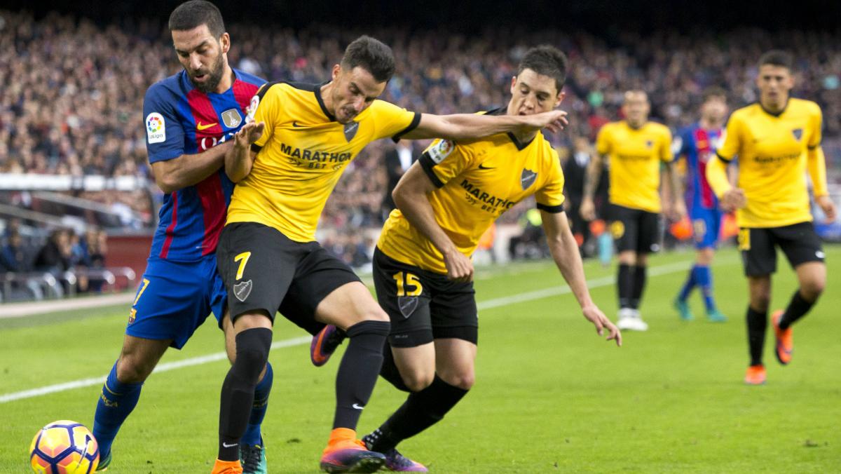 Juankar y Arda pugnan por un balón en el Barcelona-Málaga.  (Getty)