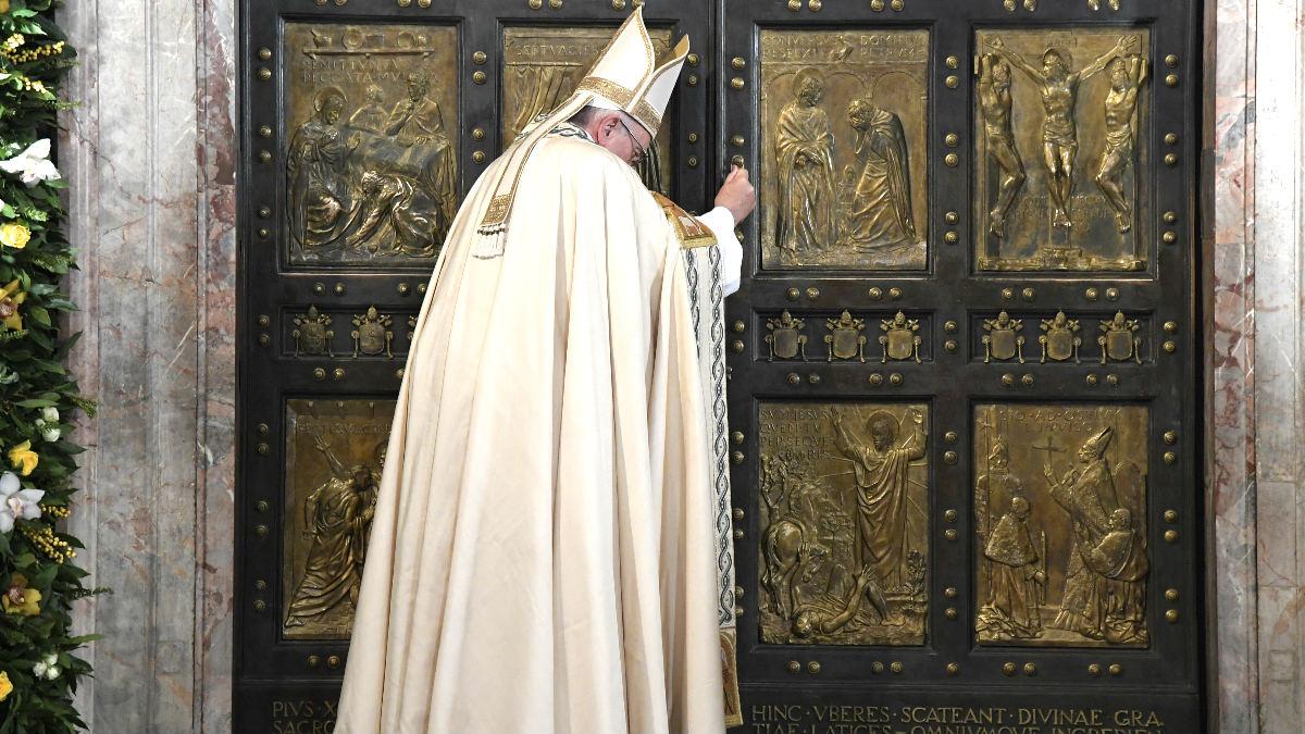 El Papa Francisco cerrando la puerta de la Basílica de San Pedro (Foto: AFP).