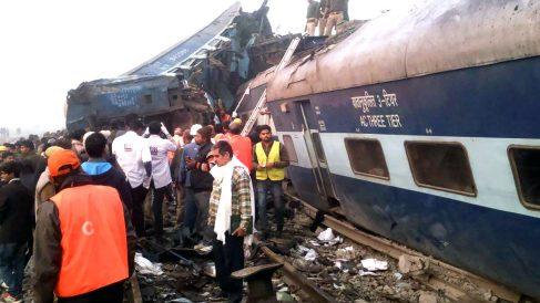 Imagen de un reciente accidente de tren en lndia (Foto: AFP).
