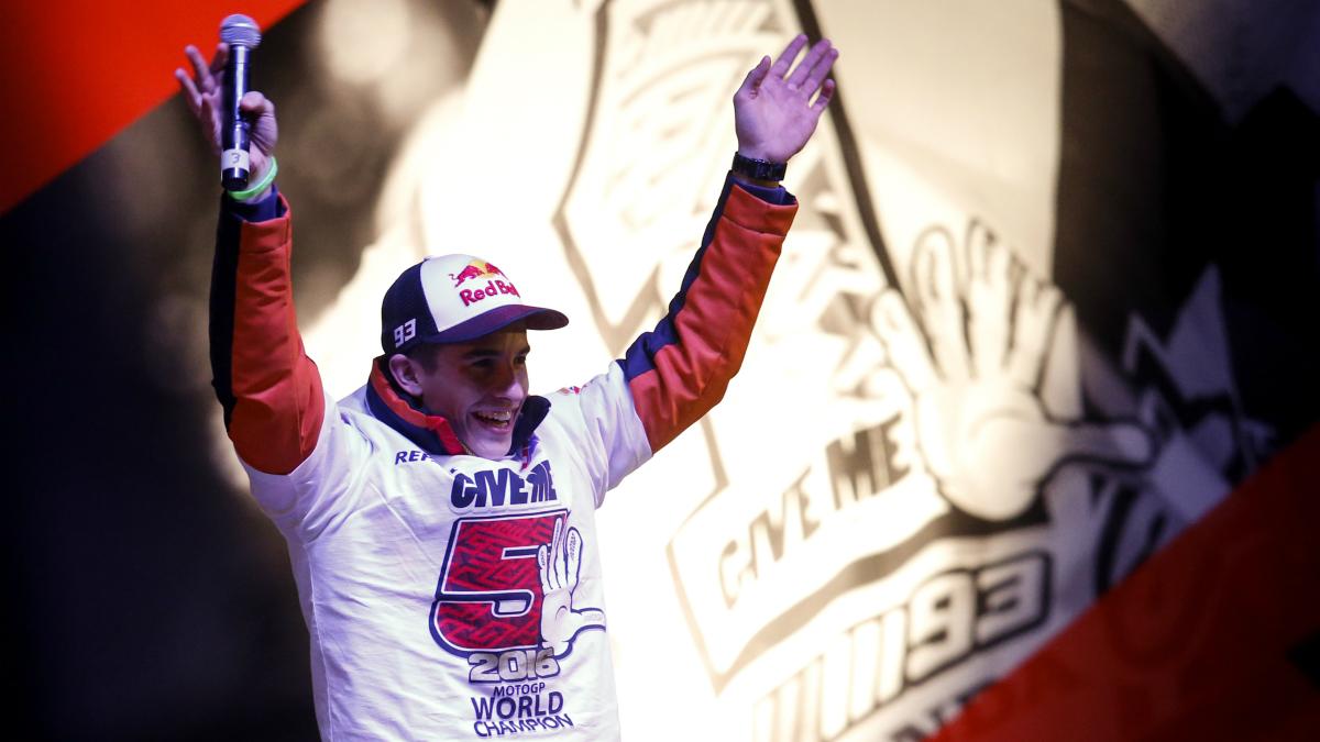 Márquez celebra su título de campeón con los aficionados en Cervera. (AFP)