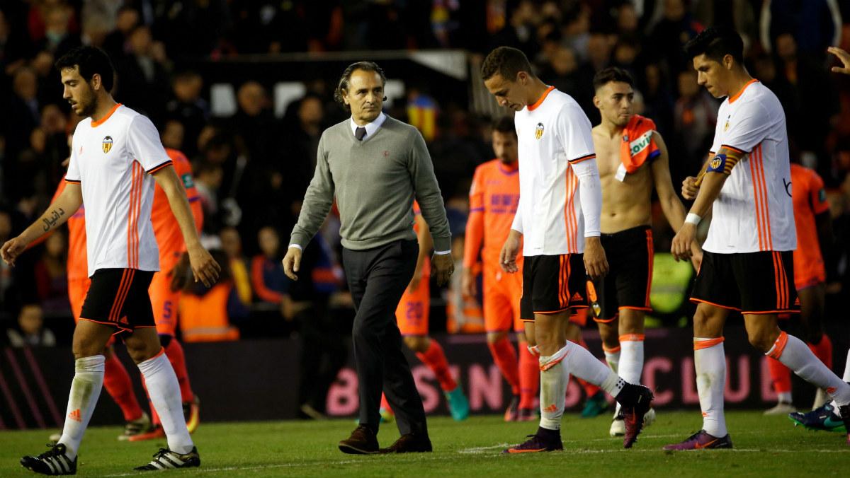 Prandelli intenta consolar a sus jugadores tras el empate del Valencia ante el Granada. (EFE)