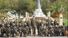 El Rey en una foto de familia con personal del Mando de Operaciones Especiales. (Foto: Defensa)