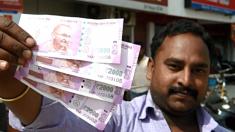 Ciudadanos indio enseñando su nueva divisa (Foto: Getty)
