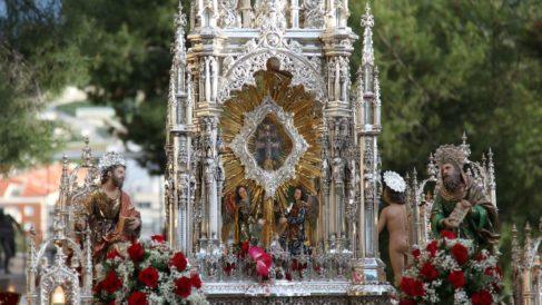 La santa y Vera Cruz, procesionando por Caravaca de la Cruz (Murcia).