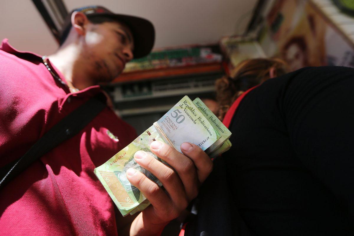Ciudadanos venezolanos en una casa de cambio de Cúcuta, Colombia. (Foto: Getty)