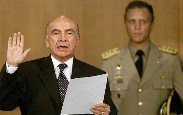 Gustavo Díaz, uno de los fundadores de de DolarToday, escoltando a Carmona Estanga en su autoproclamación como presidente de Venezuela. Foto: Flickr/annitavv)