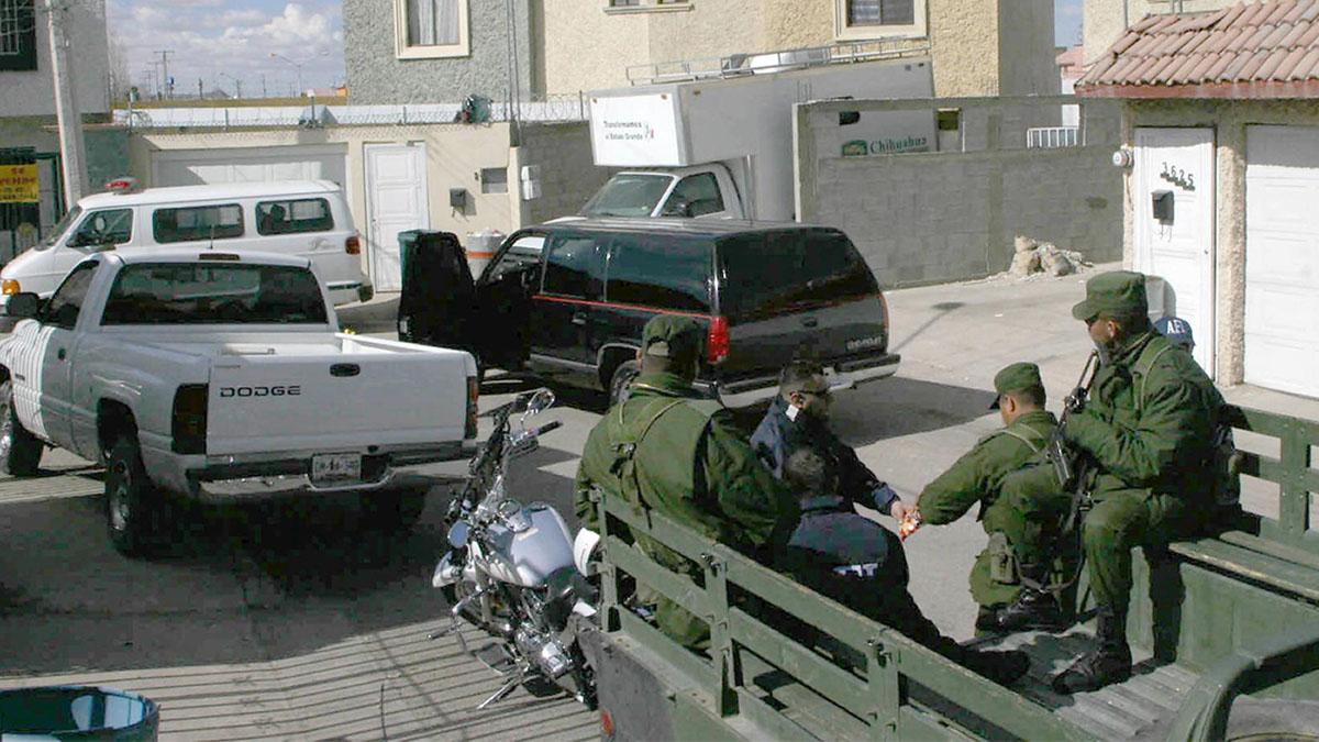 Efectivos del Ejército mexicano custodian la casa donde se ha encontrado la fosa común. (Foto: AFP)