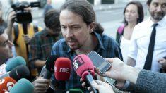Pablo Iglesias atiende a los medios de comunicación. (Foto: OKD)