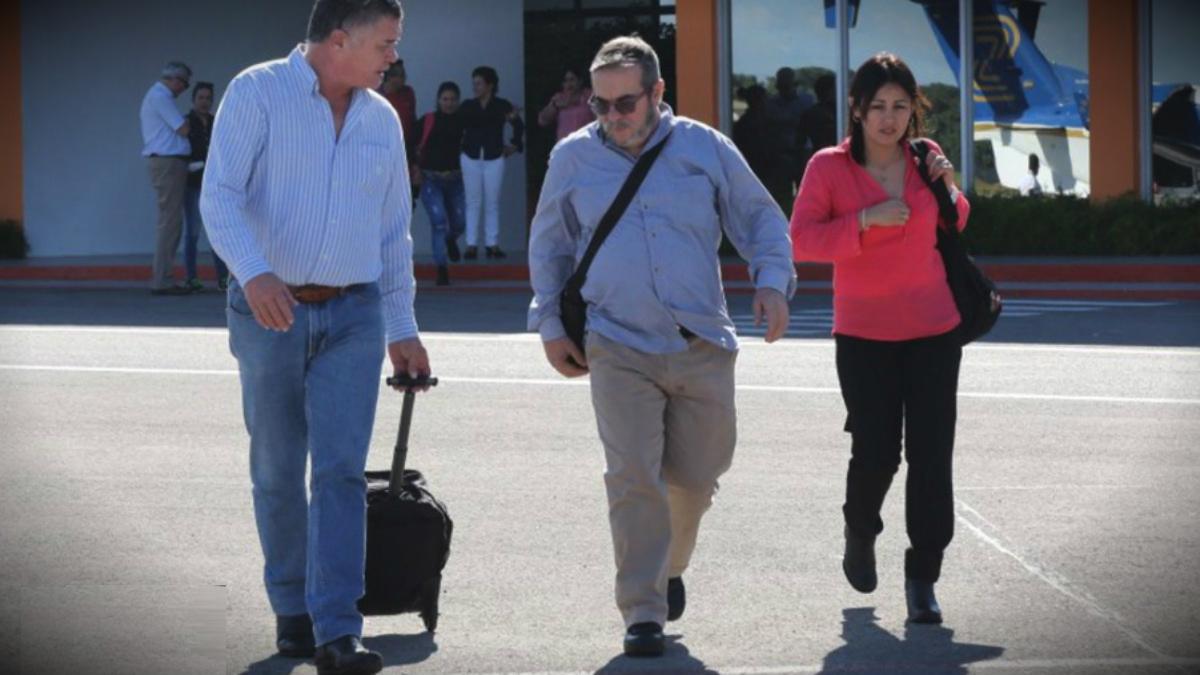 Timochenko, líder narcoterrorista de las FARC, a su llegada al aeropuerto de Bogotá. (NC)