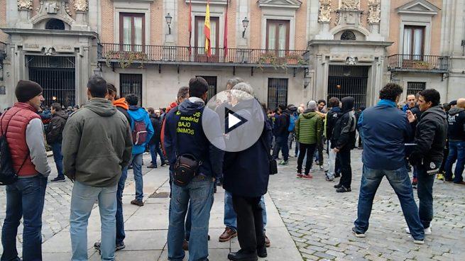 El edil de Seguridad de Carmena sale por la puerta de atrás para evitar un escrache de sus bomberos