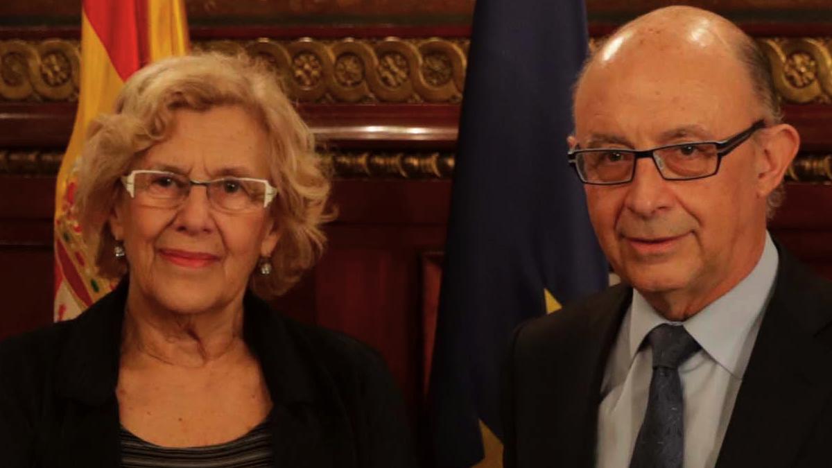 La alcaldesa Manuela Carmena junto al titular de Hacienda Cristóbal Montoro. (Foto: Madrid)