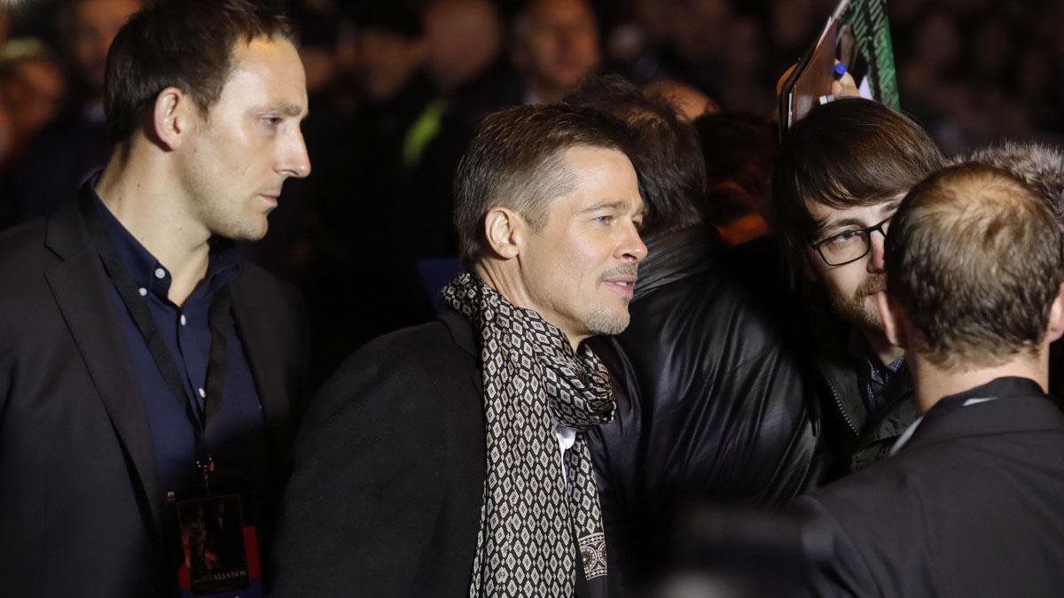 Brad Pitt se paró a hacerse fotos con sus seguidores en la entrada del cine (Foto: EFE)