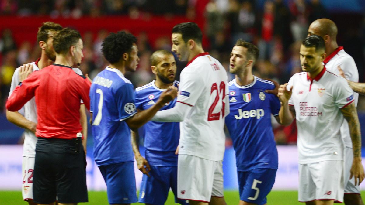 Los jugadores del Sevilla protestan al árbitro. (AFP)