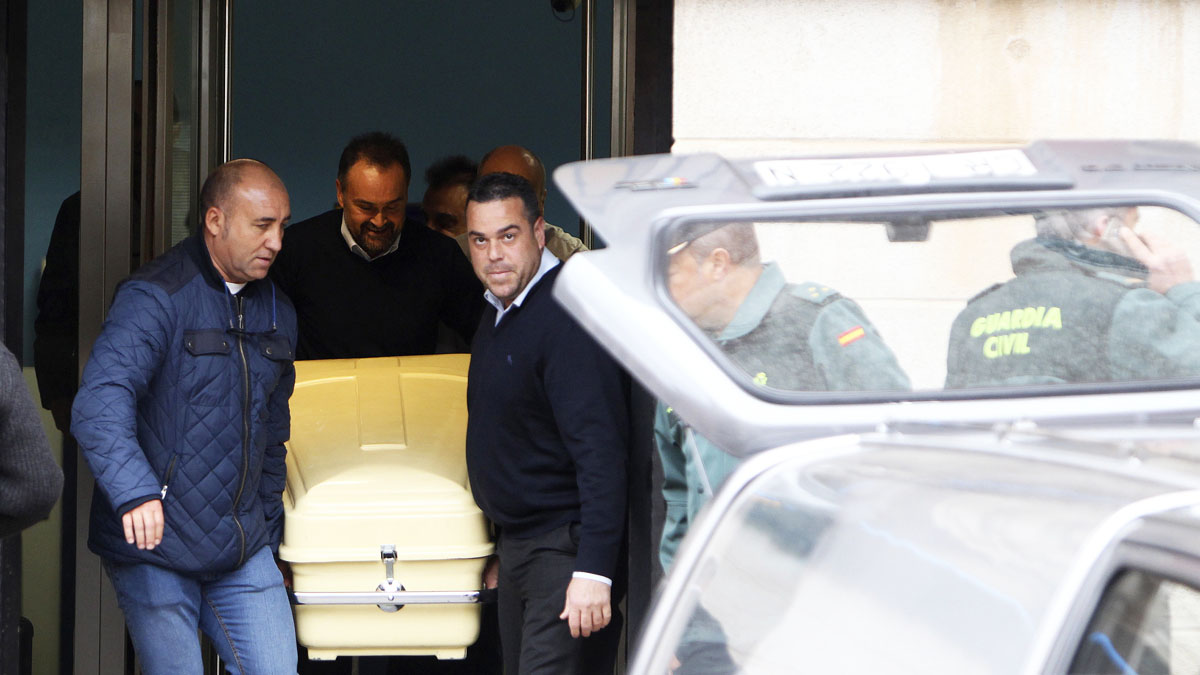 Las autoridades se llevan el cuerpo del fallecido en una oficina de Caixabank (Foto: EFE)
