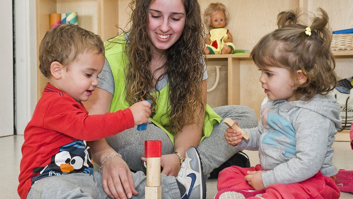 Dos niños juegan y aprenden valores en una escuela de Clece.