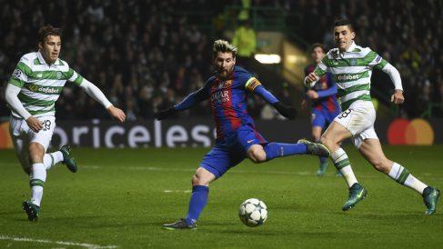 Messi golpea el balón antes de lograr el 0-1 para el Barcelona. (AFP)