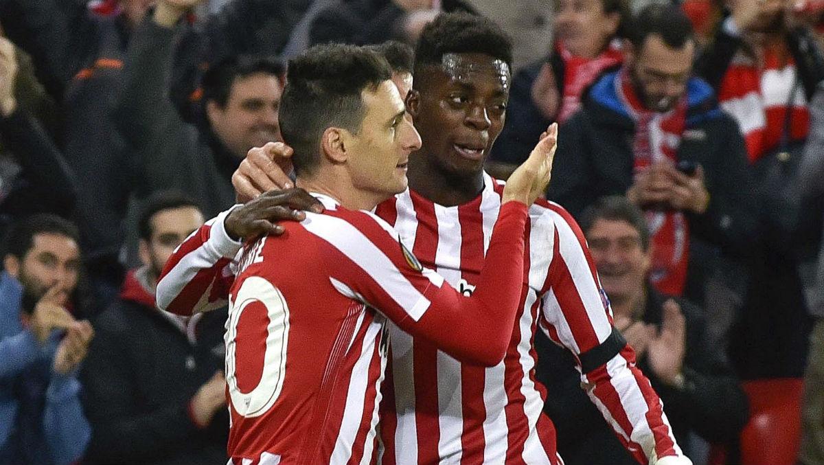 Aduriz celebra un gol con Williams. (EFE)