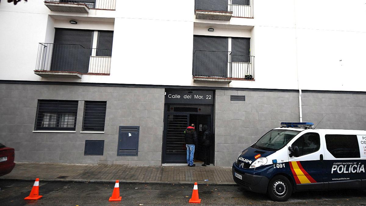 Un coche policial en la entrada de la vivienda donde se produjo la tragedia (Foto: Efe).