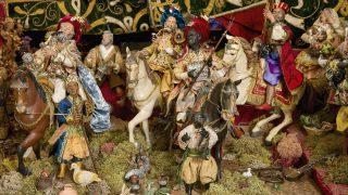 Las figuras que representan a los tres Reyes Magos en el belén napolitano que se expone en Madrid. Foto: subastas Segre