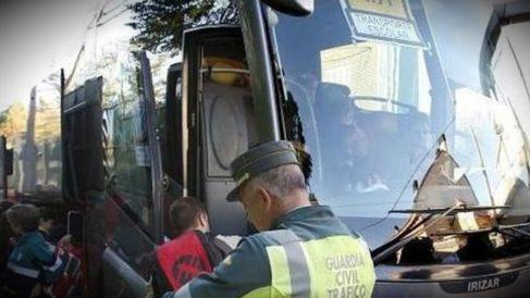 El control de alcoholemia en transporte de menores es una de las prioridades de la Guardia Civil. (GC)
