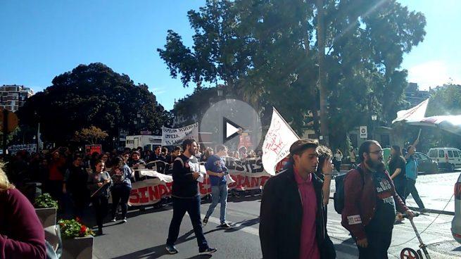 Un centenar de estudiantes rompe el luto frente a la casa de Barberá: «¡No hay pan para tanto chorizo!»