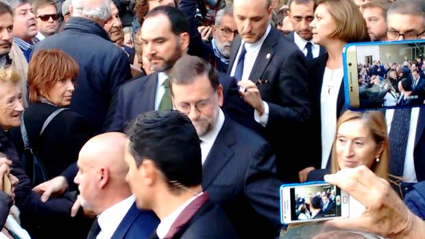 Mariano Rajoy, Ana Pastor y Mª Dolores de Cospedal a la salida del funeral. (Foto: OKDIARIO)