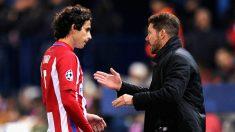 Simeone da indicaciones a Tiago durante el Atlético-PSV