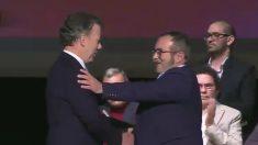 Juan Manuel Santos y el terrorista Timochenko se abrazan tras la firma del acuerdo.