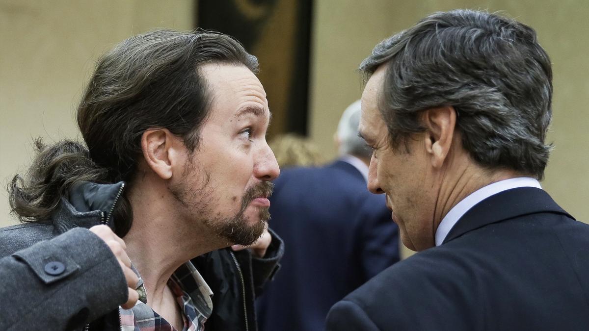 Pablo Iglesias y Rafael Hernando. (Foto: EFE)