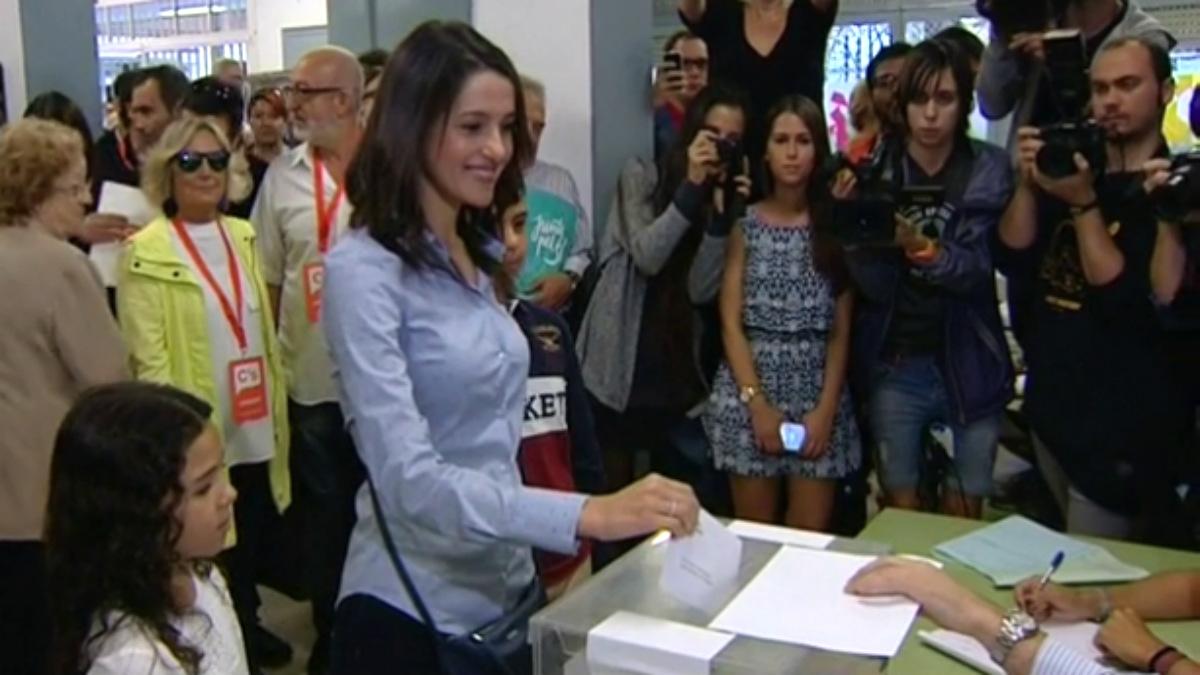 Inés Arrimadas, votando en las últimas elecciones catalanas.