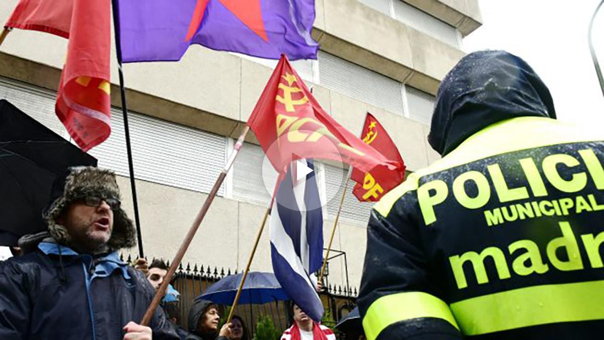 Concentración ante la embajada de Cuba en Madrid (Foto: AFP).