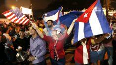Exiliados cubanos celebran en las calles de Miami la muerte de Castro (Foto: AF